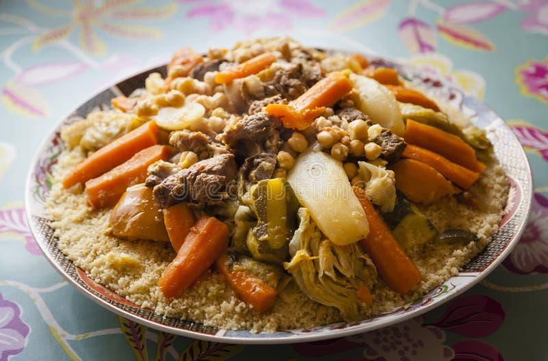 Couscousplatta som göras av mannagryn, kött och grönsaker arkivbild