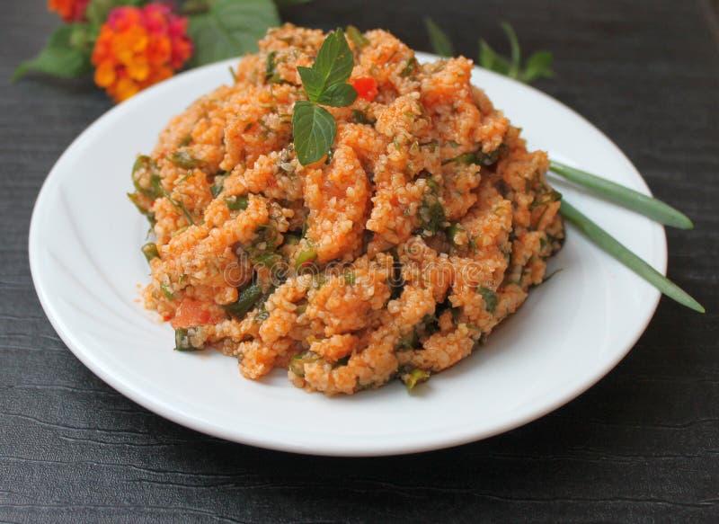 Couscoussallad med tomater, gräsplaner och citronjuice och olivolja, turkisk nationell maträtt arkivbild