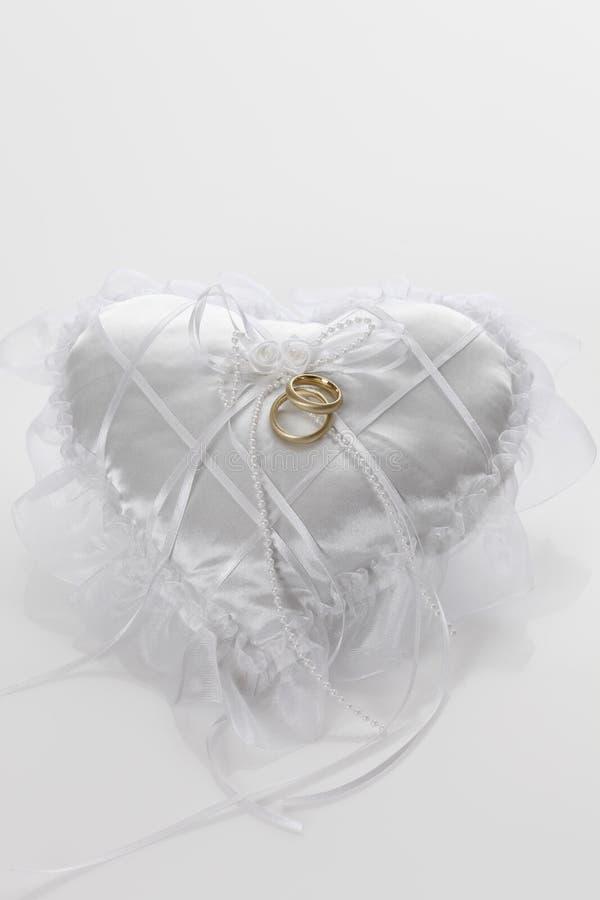 Coussin avec des boucles de mariage photos libres de droits