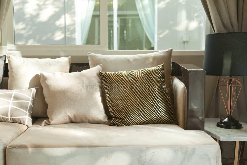 Coussin beige sur le sofa gris photographie stock libre de droits