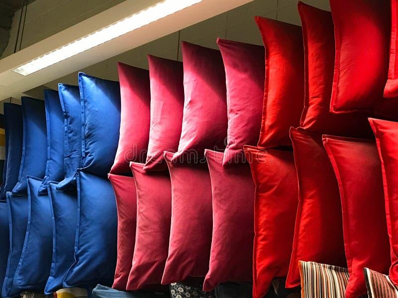 Coussin coloré de tissu sur des étagères dans le centre commercial images libres de droits
