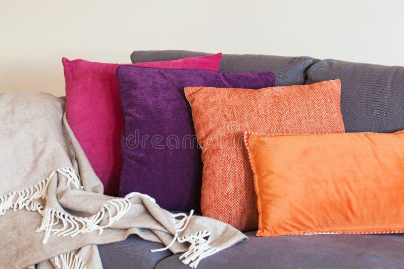 Coussin coloré l'automne à la maison confortable de sofa photo stock