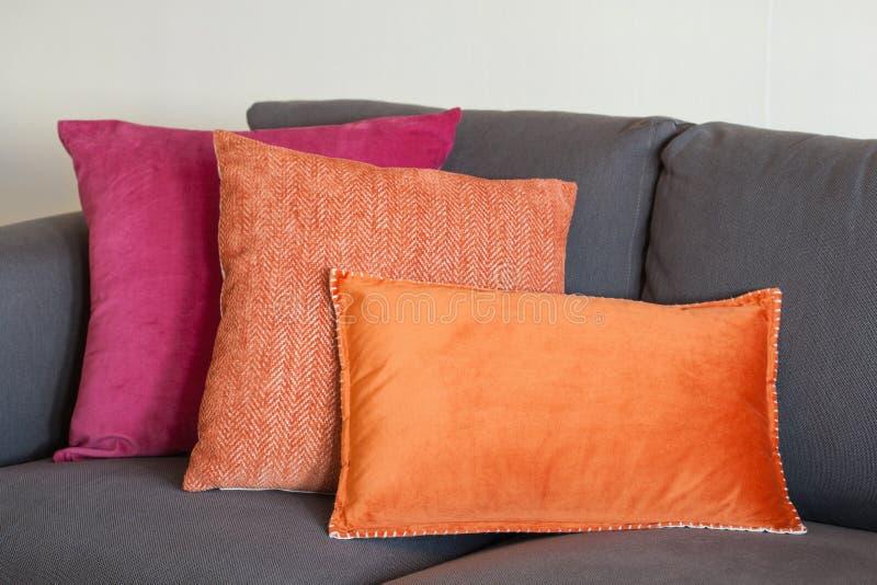 Coussin coloré l'automne à la maison confortable de sofa images stock