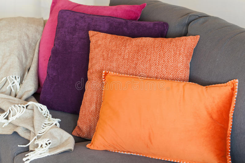 Coussin coloré l'automne à la maison confortable de sofa photographie stock