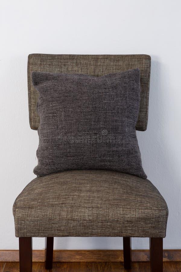 Coussin disposé sur la chaise images stock