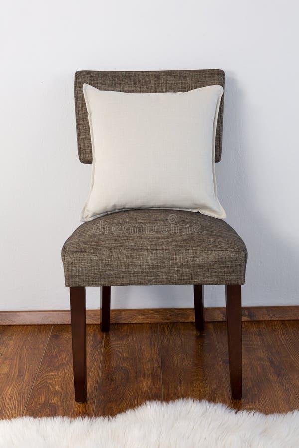 Coussin disposé sur la chaise photo libre de droits