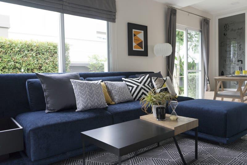 Coussin graphique de modèle sur le sofa bleu photos libres de droits