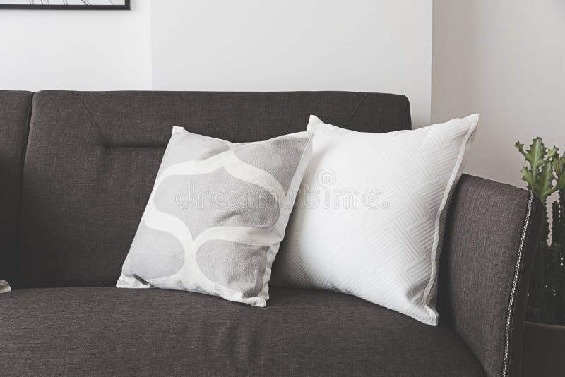 Coussin mou blanc sur le sofa image stock