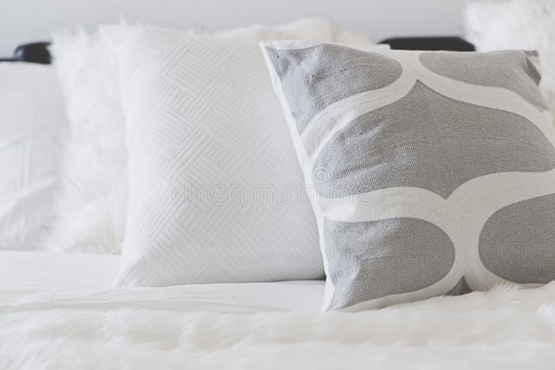 Coussin mou blanc sur le sofa photo stock