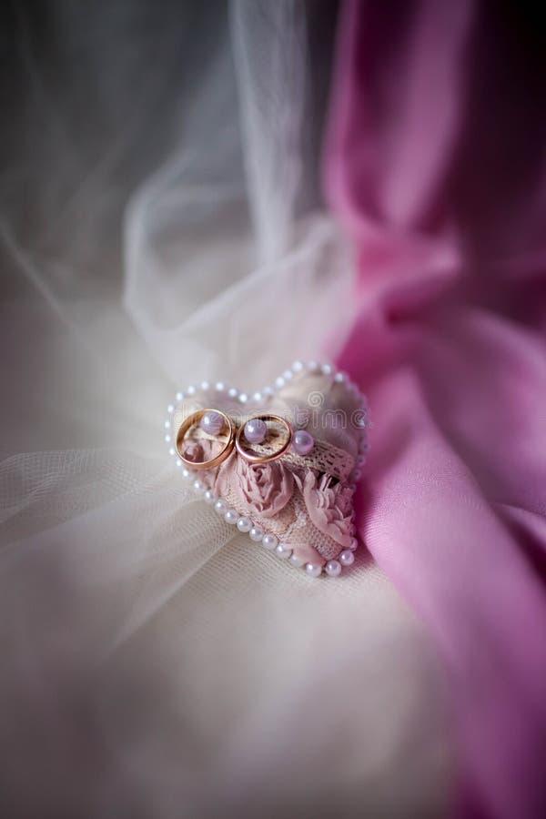 Coussin pour des anneaux dans la couleur de rose d'amoureux photo stock