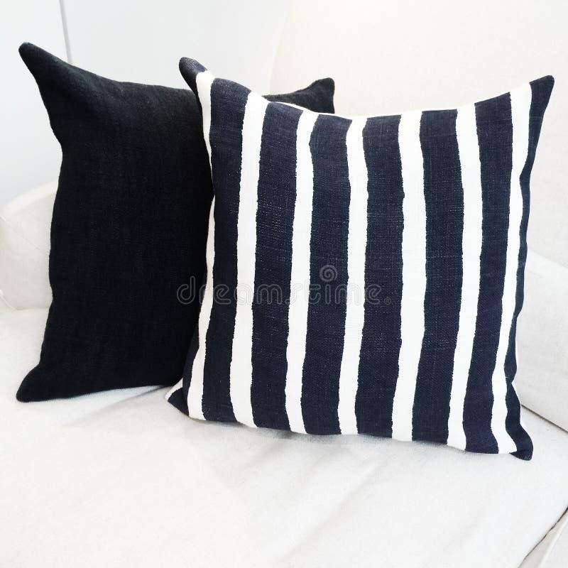 Coussin rayé sur un sofa images libres de droits