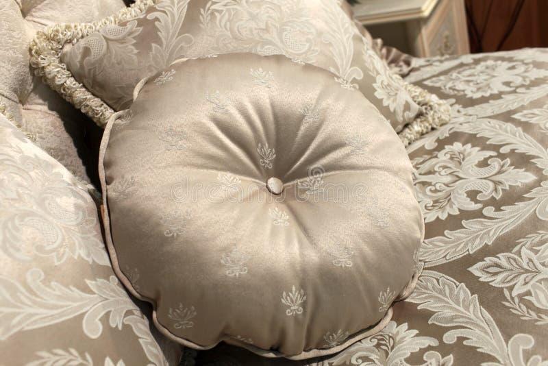 Coussin rond sur un sofa image stock