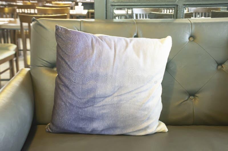 Coussin sur la décoration d'utilisation de sofa dans un café photos libres de droits