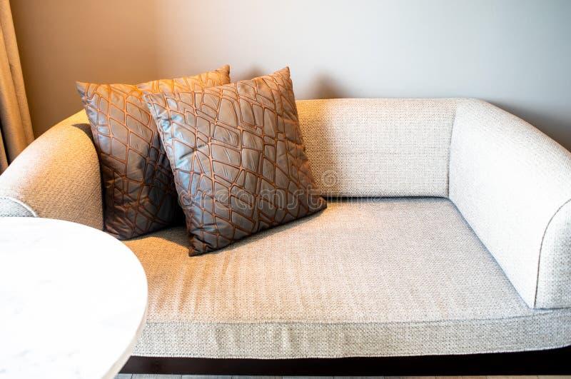 Coussin sur le sofa Confortable, intérieur photographie stock