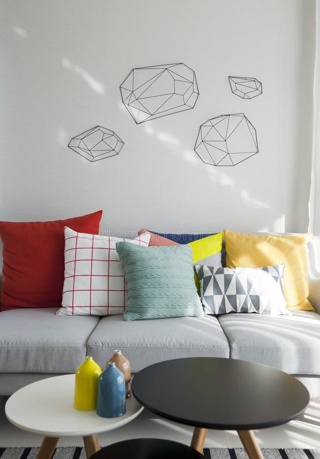 Coussin sur le sofa dans le salon photographie stock libre de droits