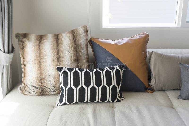 Coussin sur le sofa dans le salon moderne photographie stock libre de droits