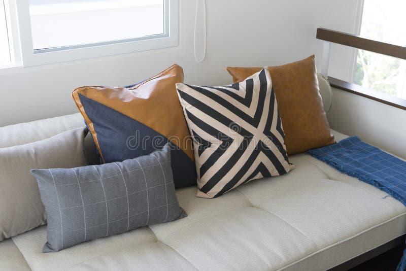 Coussin sur le sofa dans le salon moderne photos libres de droits