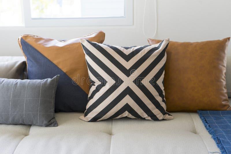 Coussin sur le sofa dans le salon moderne photo libre de droits