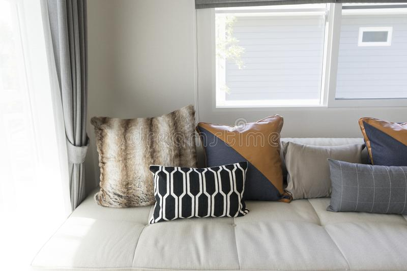 Coussin sur le sofa dans le salon moderne image libre de droits