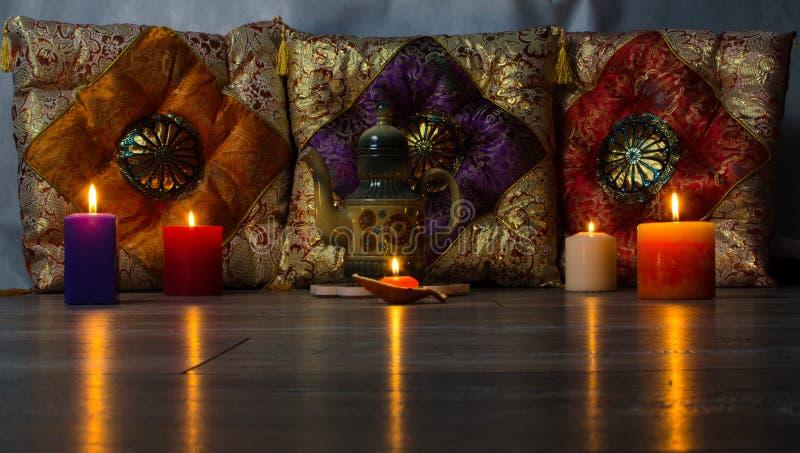 Coussins colorés dans la théière en céramique de style oriental images stock