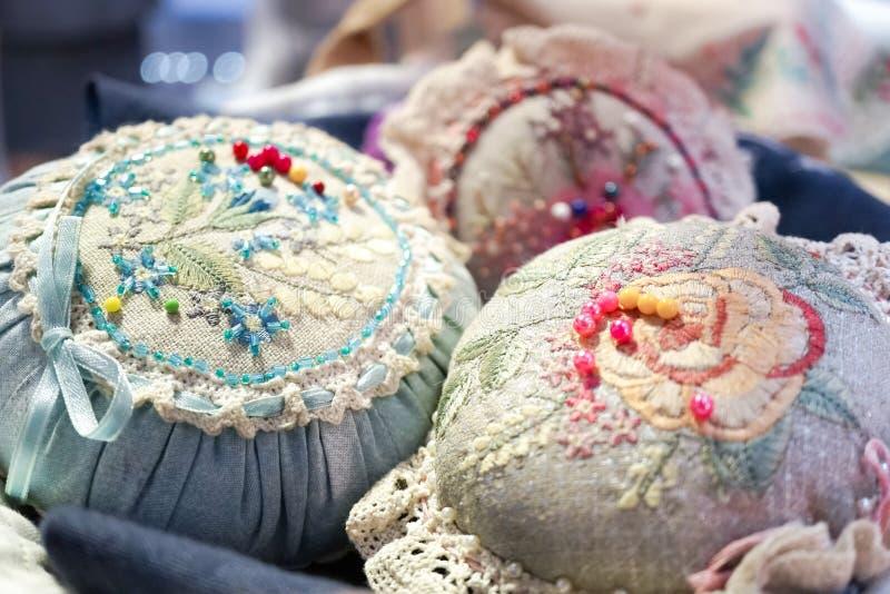 Coussins de goupille de vintage avec les aiguilles et les goupilles colorées, foyer mou photographie stock libre de droits