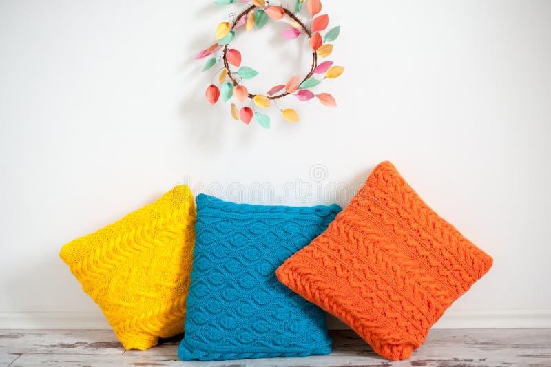 Coussins de jaune, oranges et par bleu tricoté image libre de droits