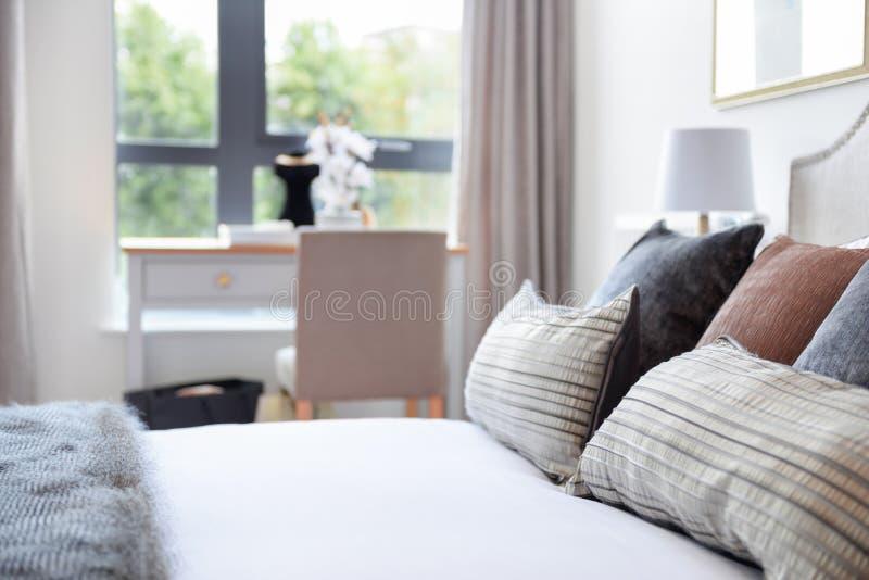 Coussins de luxe sur un lit de toile blanc élégant photos libres de droits
