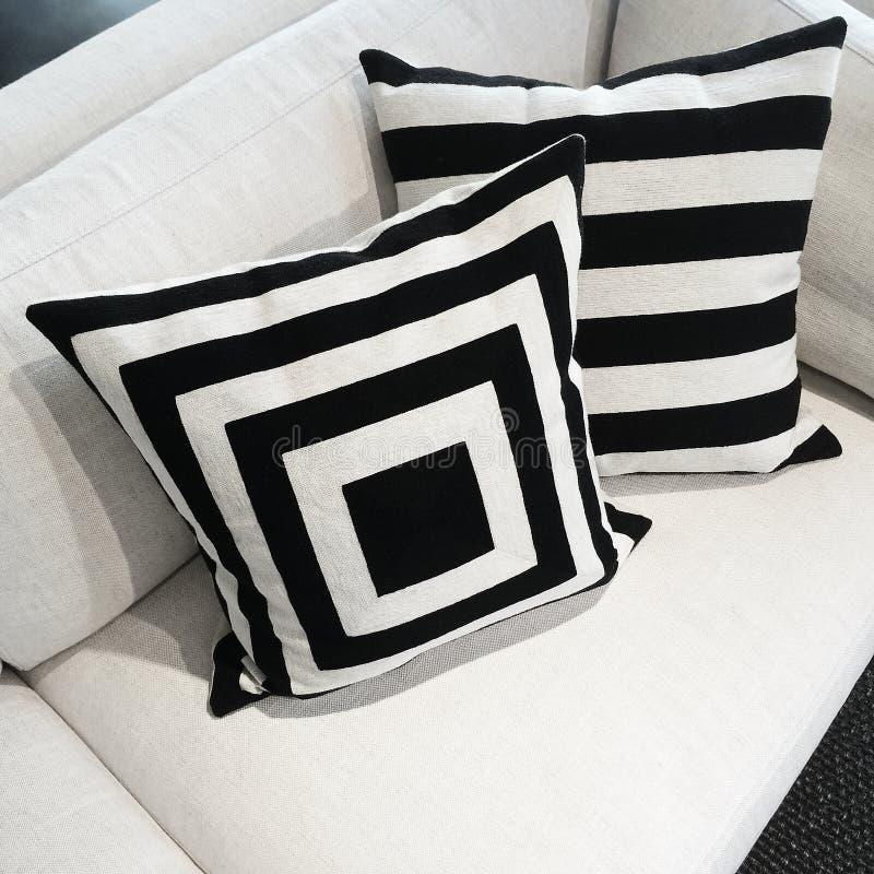 Coussins noirs et blancs sur un sofa photographie stock