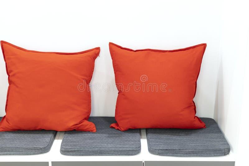 Coussins oranges dans le coin de repos photo stock