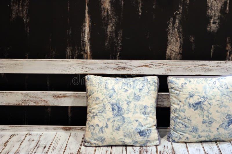 Coussins sur un siège en bois photo stock