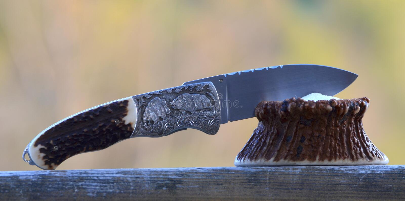 Couteau de chasse avec des verrats gravant images libres de droits