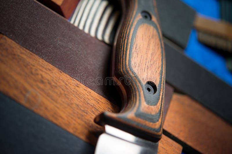 Couteau de chasse avec une poignée en bois photo stock