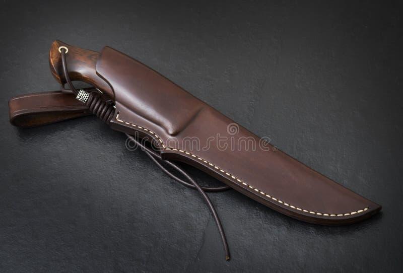 Couteau de chasse fait main sur un fond noir Gaine en cuir faite main images stock