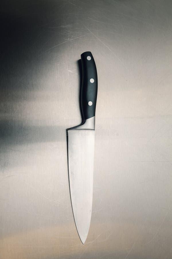 Couteau de cuisine sur une surface métallique photo libre de droits