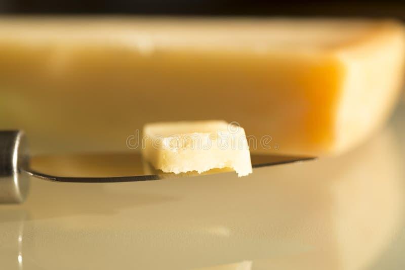 Couteau de fromage avec le parmesan images stock