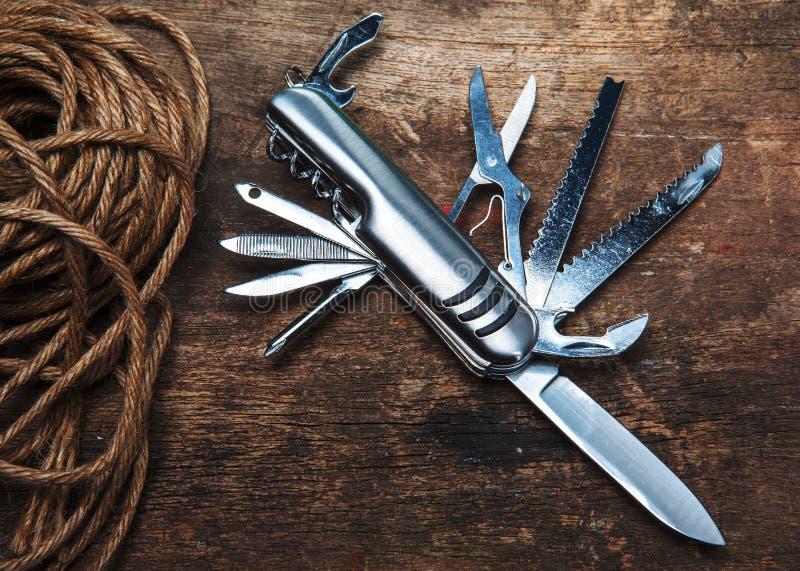Couteau de poche universel sur le fond en bois photos libres de droits