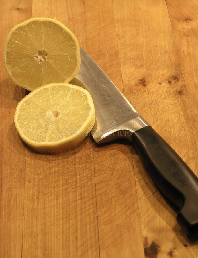 Couteau et citron photographie stock libre de droits