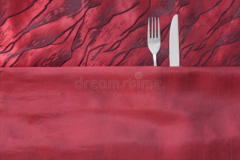 Couteau et fourchette comme des couples dans le lit image stock