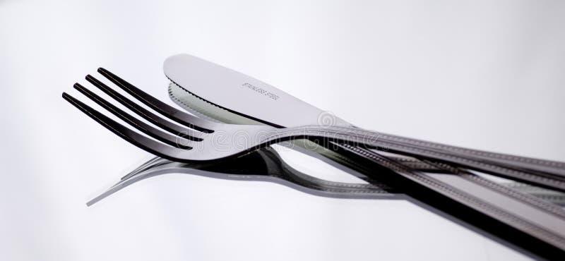 Couteau et fourchette sur le blanc photo stock