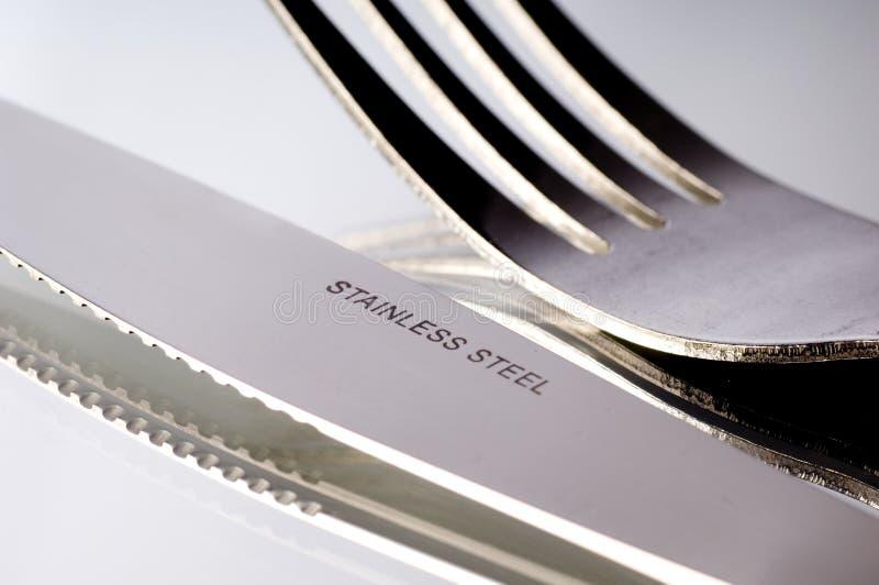 Couteau et fourchette sur le blanc images stock