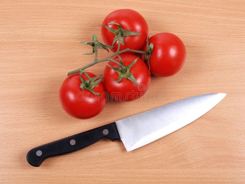 Couteau et tomate quatre photo stock