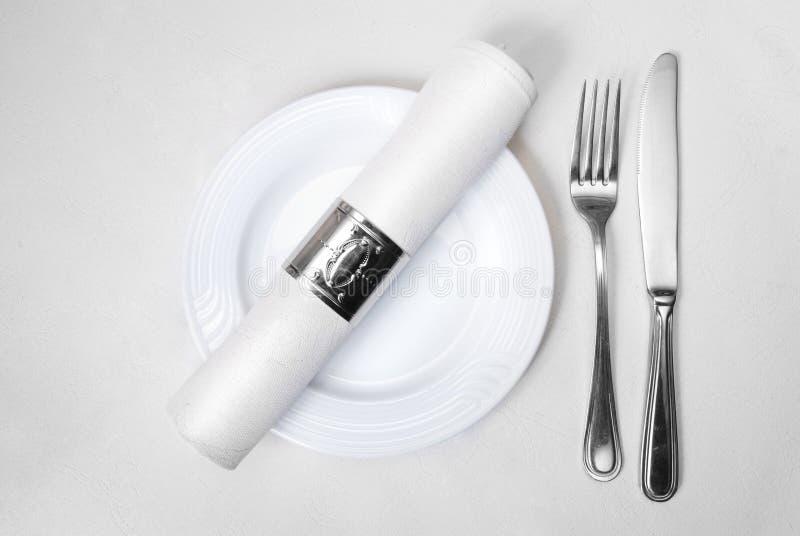 Couteau, fourchette, plaque et serviette photo libre de droits