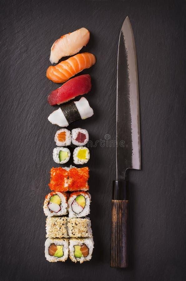 Couteau japonais avec des sushi photographie stock libre de droits