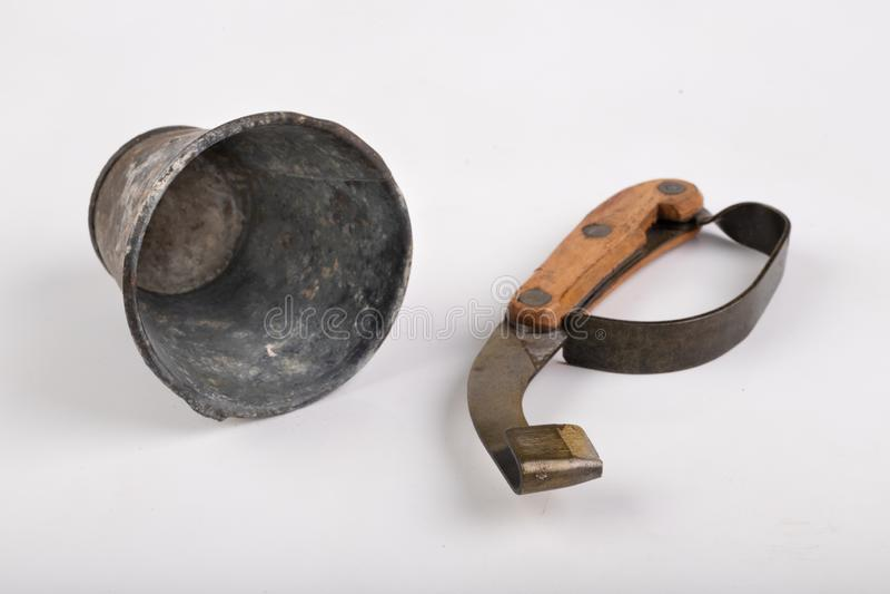 Couteau pour des arbres d'écorcement et un conteneur en métal pour la résine sur une table blanche Accessoires pour obtenir la ré photo stock