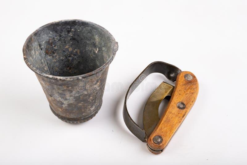 Couteau pour des arbres d'écorcement et un conteneur en métal pour la résine sur une table blanche Accessoires pour obtenir la ré photographie stock libre de droits