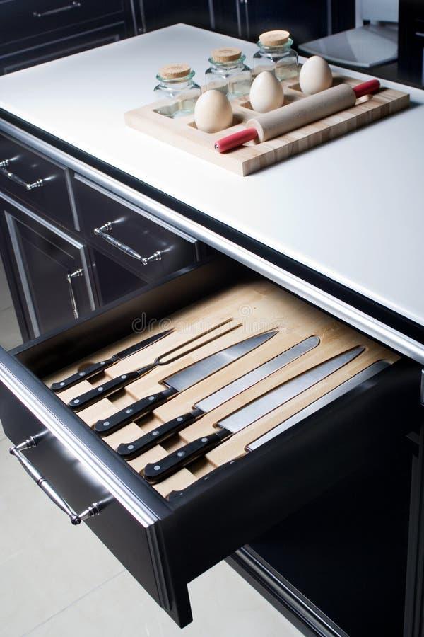 Couteau réglé dans la cuisine moderne photos libres de droits