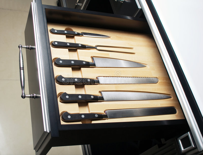 Couteau réglé dans la cuisine moderne images libres de droits