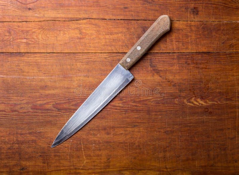 Couteau sur la table de cuisine rustique avec l'espace de copie photographie stock libre de droits