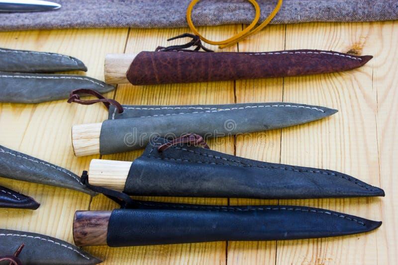Couteaux dans la gaine en cuir photo libre de droits