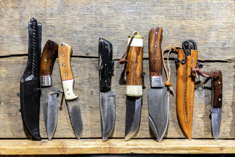 Couteaux fabriqués à la main sur un bureau photographie stock